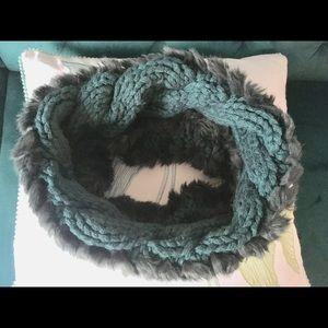 🍁knitted infinity scarf with faux fur. EUC.